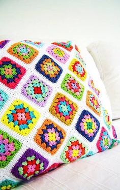 silly old suitcase: .a Granny square pillow cover. I have lots of recycle yarn to make two of these for the front porch this summer. Crochet Afghans, Crochet Squares, Crochet Granny, Crochet Motif, Crochet Designs, Crochet Stitches, Granny Squares, Crochet Home