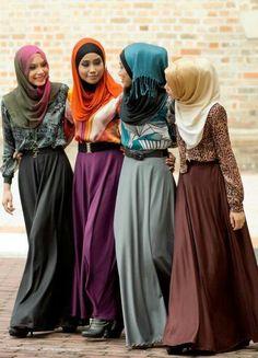 Intip koleksi model dress muslim terbaru incaran para hijabers dimana desain dan modelnya mengikuti trend masa kini. Desain baju muslim populer yang modern.
