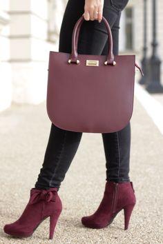 A Thesan táska elegáns, modern és minimalista kézitáska. Egy cipzáras és egy kis zseb található a táskában. Cipzárral zárható, két rövid pántja fix, míg hosszú pántja állítható hosszúságú és levehető.  www.livialippi.hu/shop/thesan  Photoshoot: Szili Dorka - Shiny and New blog