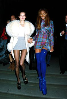 Kate Moss & Naomi Campbell leaving the 1991 London Fashion Week Designer Of The Year Awards is too good. Just look at that coat! Fashion Male, Fashion Guys, Foto Fashion, Fashion Models, Fashion Outfits, Nineties Fashion, 1990s Fashion Party, British Fashion, Fashion Designers