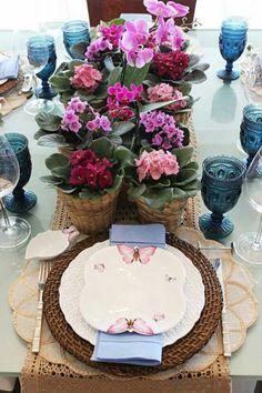 Flores e charme na hora da refeição.