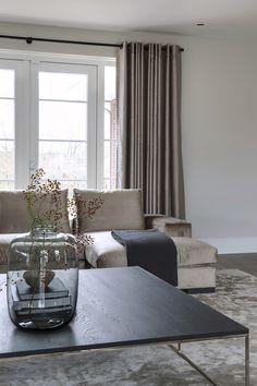 """De fluwelen hoekbank is dé eyecather van de woonkamer. De tinten van de meubelen en de kleuren van de muren en de gordijnen sluiten feilloos op elkaar aan. Foto: Denise Keus – """"Stijlvol Wonen"""" - © Sanoma Regional Belgium N.V."""