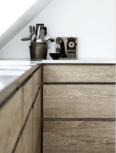 horizontal oak grain on the kitchen drawers, stainless steel benchtop Wood Kitchen Cabinets, Kitchen Drawers, Wooden Kitchen, New Kitchen, Kitchen Dining, Timber Kitchen, Kitchen Rustic, Interior Desing, Interior Design Kitchen