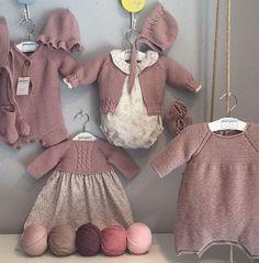 Adorables todas las maravillas de @pompomburgos Beautiful ️ •••Si te gusta déjanos un comentario, ... Baby Knitting Patterns, Knitting For Kids, Knitting For Beginners, Crochet Baby, Knit Crochet, Baby Girl Sweaters, Retro Mode, Cute Cardigans, Baby Models