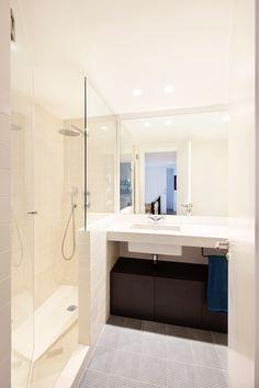 Baño, vista de la ducha - Reforma Triplex PA (Barcelona, 2017) . Fotografía: Daniel Loewe