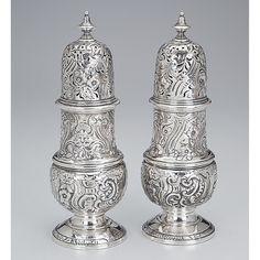 Par de polvilhadores de prata vitoriana, repuxada, decoração floral. 22 cm de altura cada. Contraste da cidade de Londres, com letra-data para 1846 e do prateiro Richard Sibley.