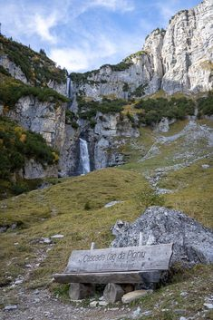 Wanderung zu den Wasserfällen am Lag da Pigniu Nature Pictures, How Beautiful, Switzerland, Paths, Mount Rushmore, Places To Go, Hiking, Mountains, Landscape