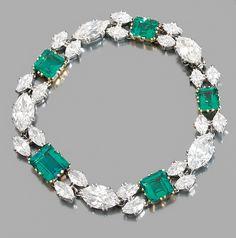 Janesich - A Diamond, Emerald, Platinum and 18K Gold Bracelet - Bracelet en platine et or jaune, en ruban souple de cinq très belles émeraudes de taille carrée en chute, alernées de diamants de taille navette chacun épaulé de quatre diamants navettes moins importants. Signé. Longueur : 20,5 cm environ. Poids : 26,2 g.