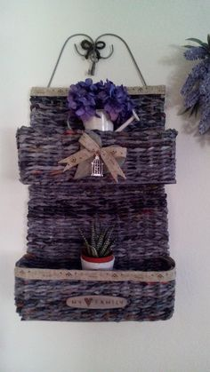 porta oggetti realizzato con cannucce di carta Wicker Baskets, Home Decor, Homemade Home Decor, Interior Design, Home Interiors, Decoration Home, Home Decoration, Woven Baskets, Home Improvement