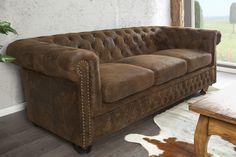 Dieses Chesterfield 3er Sofa überzeugt vor allem mit seinem antiken Design! Klassische Knopfheftung ✓ abgerundete Armlehnen ✓ modern & zeitlos ✓