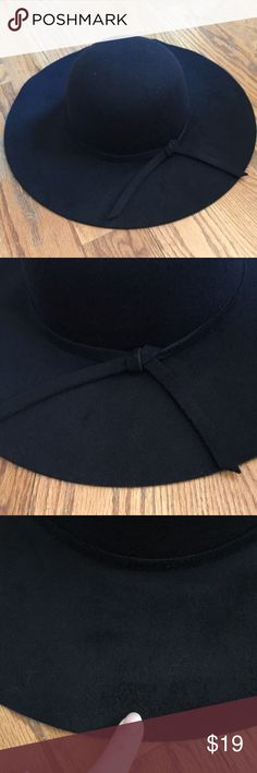 ☀️3/$15 Floppy hat 100% polyester-wool/felt like material. Slight defect in the material as pictured . Adjustable. Accessories Hats