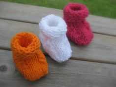 Break out the stash yarn! These booties are super quick to knit and great for using up small amounts of leftover yarn. The pattern is the same for all sizes, you simply change your gauge to make size preemie, newborn, and baby booties. Baby Booties Knitting Pattern, Crochet Baby Booties, Baby Knitting Patterns, Baby Patterns, Knitted Baby, Baby Knits, Knitting For Kids, Loom Knitting, Free Knitting