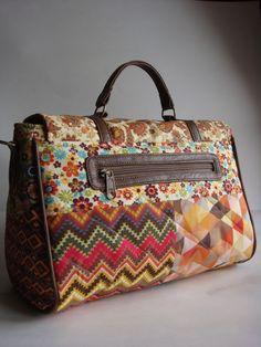 Bolsa feita de tecido de algodão com matelassê. Alças e detalhes em couro ecológico.