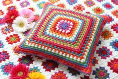 Transcendent Crochet a Solid Granny Square Ideas. Inconceivable Crochet a Solid Granny Square Ideas. Crochet Cushion Pattern, Crochet Pillow Cases, Crochet Cushion Cover, Crochet Motif, Crochet Patterns, Knitting Patterns, Crochet Squares, Crochet Granny, Granny Squares