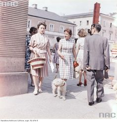 Przechodnie na ulicy Nowy Świat w Warszawie , 1959