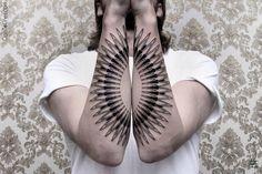 A tatuagem simétrica em branco e preto de Chaim Machlev | Estilo