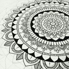 Mandala large mandala art, pittura di mandala, motivi di zentangle, arte do Mandala Doodle, Mandala Art Lesson, Mandalas Painting, Mandalas Drawing, Doodle Art Drawing, Art Drawings, Carillons Diy, Pattern Wall, Design Tattoo