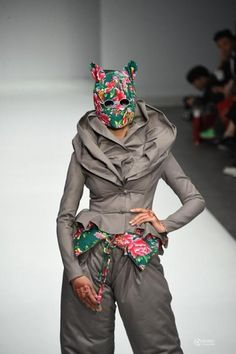 Sometimes I just can't understand fashion... The costumes made people wonder if the models had arrived in UFOs. On March 25, Chinese designer Hu Shiguang presented his 2015/2016 winter series at the China International Fashion Week, staged in Beijing 798 Art Center...