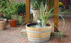 Gestalten Sie einen Mini-Teich mit Wasserspiel -  Einen Mini-Teich für die Terrasse können Sie aus einem Weinfass einfach selber bauen. Wir zeigen, was Sie dafür brauchen und wie es gemacht wird.