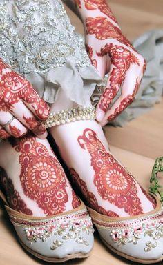 Bookmark These 25 Bridal Mehendi Lehengas Right Now! Henna Designs Feet, Mehndi Designs For Girls, Anklet Designs, Unique Mehndi Designs, Wedding Mehndi Designs, Mehndi Design Images, Latest Mehndi Designs, Mehandi Designs, Heena Design