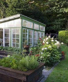 Det er nu, du skal i gang med klargøring af dit drivhus. Der er masser af projekter, så start endelig i god tid. Se alle gøremålene her! Garden Table, Garden Planters, Patio, Backyard, Diy Greenhouse, Green Garden, Yard Landscaping, Garden Inspiration, Vegetable Garden