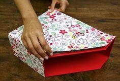 Olá,   Trouxe um tutorial sobre cartonagem : um revisteiro fofo e fácil de fazer!   Fonte : http://partesanatoaceite.lecom.com.br/materias/...
