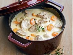 The veal blanquette is a typical French dish based on meat and … - Quick and Easy Recipes Vegetable Recipes, Meat Recipes, Cooking Recipes, Vegetable Stew, French Dishes, French Food, Veal Stew, Traditional French Recipes, Gastronomia