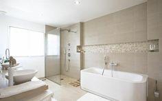 jolie-salle-de-bain-beige-salle-de-bain-taupe-pour-avoir-une-salle-d-eau-moderne-et-elegante. Cement Tiles Bathroom, Interior Design Bedroom, Bathroom, Beige Bathroom, Bathrooms Remodel, Bathroom Design Layout, Bathtub, Bathroom Accessories, Bathroom Remodel Master
