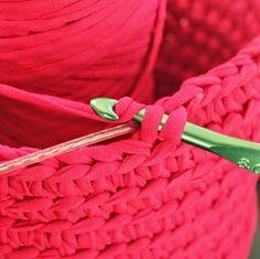 Use speaker wire maybe Crochet Home, Diy Crochet, Knitting Projects, Crochet Projects, Crochet Stitches, Crochet Patterns, Cotton Cord, Crochet Decoration, Fabric Yarn