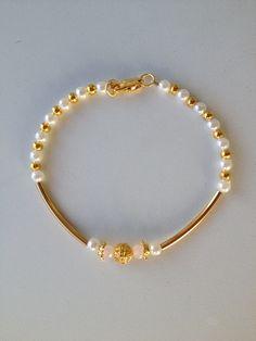 white and gold beaded bracelet with gold tube pulseira branca e dourada miçanga tubinho