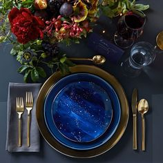 This table setting is absolutely gorgeous. Perfect wedding colors, antique gold and dark blue