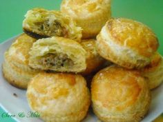 pastry puff meat pies - this looks like something the kids would like - maybe for a party with their friends or? Bite Size Food, Christmas Cooking, Saveur, Healthy Drinks, Kids Meals, Baking Recipes, Good Food, Appetizers, Favorite Recipes