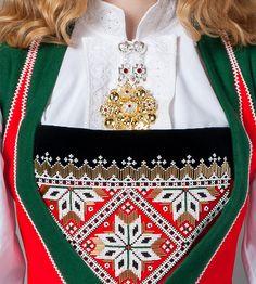 Sølje og bringeduk Hardanger Embroidery, Shoulder Bag, Costumes, Bags, Folklore, Norway, Vikings, Traditional, Suits