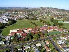 Colegio de educación secundaria en la ciudad de Auckland. Estudia en pukekohehighschool con explora education . Pukekohe tiene 20.000 habitantes y se encuentra a 50 kms. al sur de Auckland. Aproximadamente el 1.5% del total de estudiantes es extranjero.