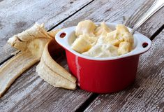 ice cream with slices of banana in ceramic bowl Banana Ice Cream, Sorbets, Coconut Rice, Something Sweet, Ice Cream Recipes, Ceramic Bowls, Baked Goods, Yogurt, Food And Drink