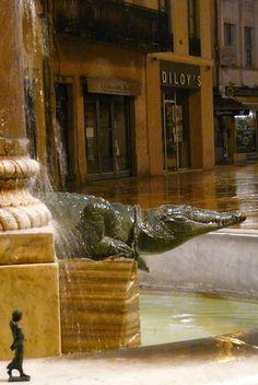 las #EsculturasEnBronce de #EsculturasMorla junto con el símbolo de Nîmes