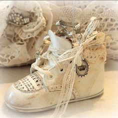 picture holder out of vintage baby shoe. wire loop for pic at top. from Katie's Rose Cottage. Source by danyschiano vintage Shabby Chic Crafts, Vintage Crafts, Vintage Items, Vintage Love, Vintage Shoes, Shoe Crafts, Old Shoes, Altered Bottles, Baby Steps