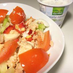 Endivias, tomate, pimiento rojo, apio, cebolleta, bonito del norte y un yogur de producción ecológica con semillas de lino.