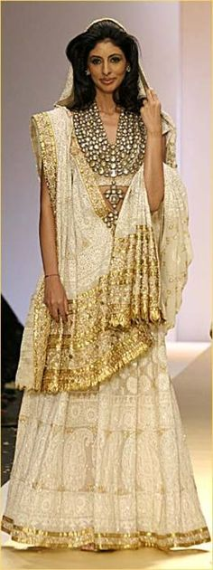 the necklace - I consider East Indian Style saris to be the most feminine looking of all women's fashions. Saris, Indian Attire, Indian Ethnic Wear, Indian Style, Ethnic Fashion, Asian Fashion, Gold Fashion, Indian Dresses, Indian Outfits