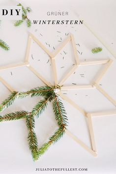 DIY grüner Winterstern – Winterdeko basteln Winter decoration simply tinker yourself. The DIY green winter star makes a great deal and is simply home-made. Natural Christmas, Simple Christmas, Christmas Time, Christmas Crafts, Xmas, Christmas Ornaments, Diy And Crafts, Crafts For Kids, Simple Crafts