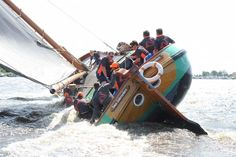 tussen aan de wind en halve wind. http://www.watersportbank.nl/foto/Skutsjesilen_2015/Twee_Gebroeders_op-Pikmeer.jpg