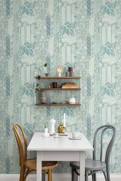 A powerful pattern with lots of colour in well-blended shades gives the room a harmonious look. #trestintas #trestintasbarcelona #wallpaper #wallcovering #interiordesign #sandbergwallpaper #signatur