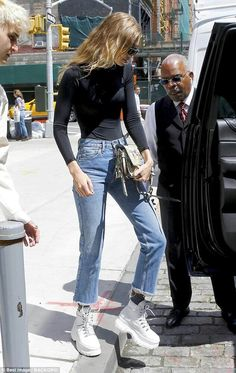 Gigi Hadid displays svelte figure in tight top as she heads out in NYC - On the move: Black cat-eye sunglasses completed the model's look as she headed into a waiting vehicle Source by stecherus - Estilo Gigi Hadid, Gigi Hadid Style, Model Outfits, Cute Outfits, Fashion Outfits, Top Models, Women Models, Nyc, Gigi Hadid Outfits