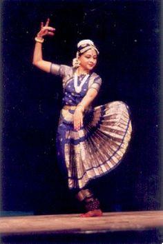 . Бхаратанатьям Стиль бхаратанатьям одним из самых древних форм классического танца Индии. Его возраст — более пяти тысячелетий. Название стиля состоит из аббревиатуры: слог «бха» означает «бхава» — чувства, эмоции; «ра» — «рага» — мелодия, «та» — «талам» — искусство ритма, «натьям» означает «танец». Искусство бхаратанатьям соединяет в себе музыку, танец и драму. Бхаратанатьям — искусство боговдохновенное. Согласно преданиям танец был создан богом-творцом Брахмой и передан смертным мудрецом…