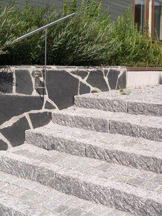 Ulkoportaat graniittireunakivellä ja noppakivillä toteutettuna. Luonnonkivi on kaunista!