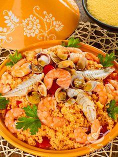 Il Couscous di pesce: una ricetta semplice e leggera preparata con vongole, gamberi, triglie. Aggiungete dei pomodorini freschi e dello zafferano!