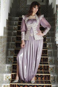 On pense souvent au karakou lorsqu'on parle de la tenue traditionnelle algéroise, mais il existe d'autres tenues qui peuvent sembler simila...