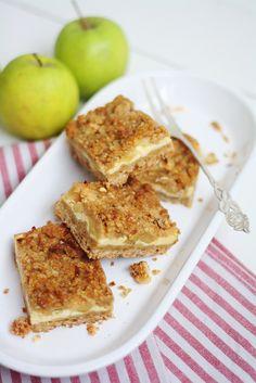 Yksi syksyn lemppareistani on perinteinen omenapiirakka – joko kannellisena versiona tai muropohjaisena piirakkana. Mitään ihan perinteistä omenapiirakkaa en kuitenkaan raaskinut tehdä, koska leivon vain harvoja juttuja useammin kuin kerran, joten halusin yhdistää piirakan juustokakkuun. Mitä... Good Bakery, Sweet Bakery, Sweet Little Things, Sweet Stuff, Salty Foods, Sweet Pie, Joko, Sweet And Salty, Baking Recipes