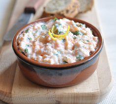 Sauce au yaourt et au saumon | Plus de recettes ici : http://www.enviedebienmanger.fr/idees-recettes/recettes-saumon