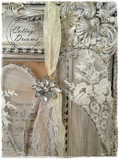 Cottage Dreams: Mehr Weihnachtskram  - this is sooo beautiful - some wire and some lace and ribbon and an old jewellery finding - love it!!